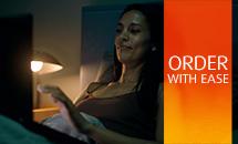 kobieta siedzi w łóżku z laptopem na kolanach