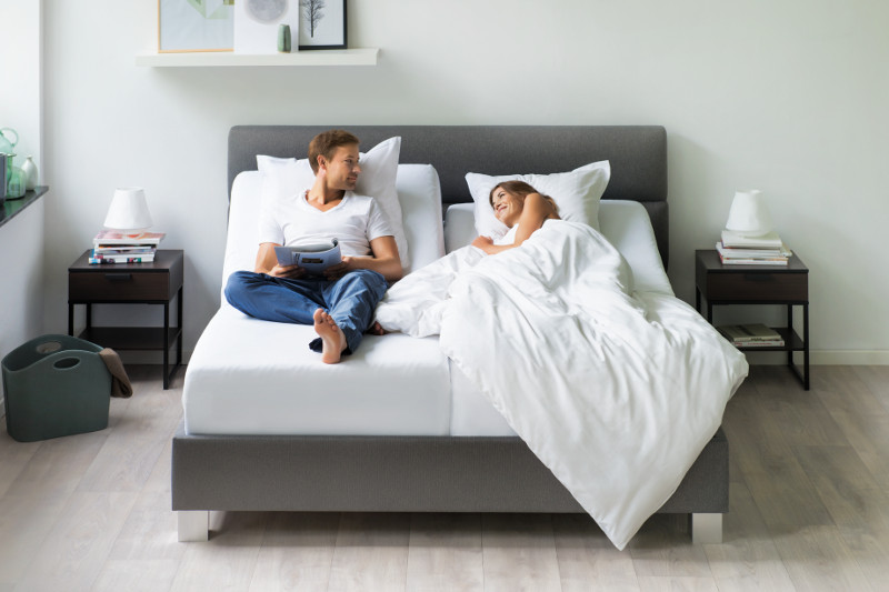 Para na łóżku marki Tempur