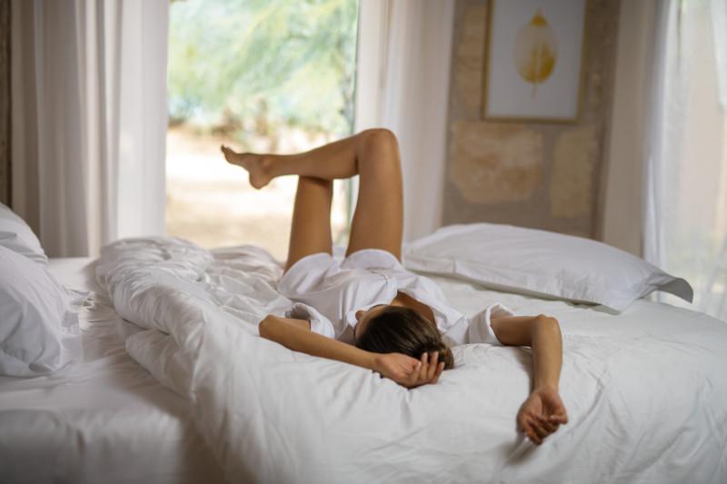 Kobieta na łóżku marki Tempur