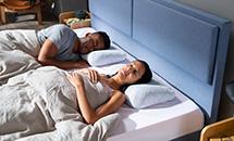 kobieta i mężczyzna leżący na materacu Ease By TEMPUR