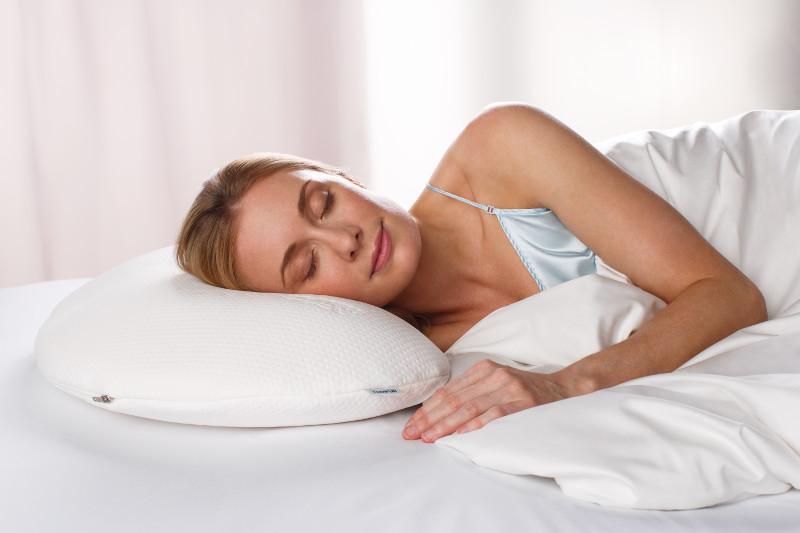 Kobieta na poduszce marki Tempur