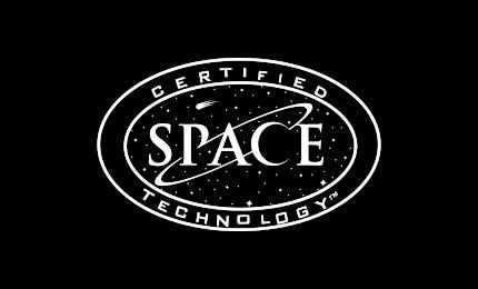 grafika – w środku podwójnej elipsy kosmos oraz napis SPACE, pomiędzy dwoma elipsami napis CERTIFIED TECHNOLOGY