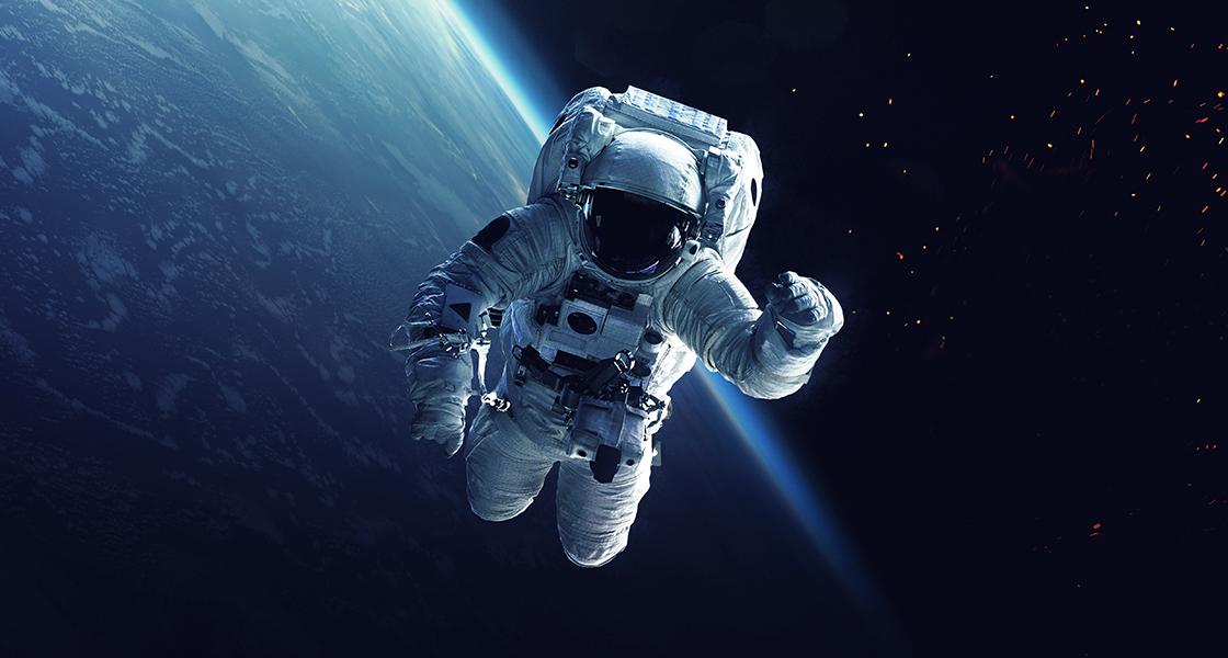 Astronauci i statek kosmiczny na orbicie Ziemi